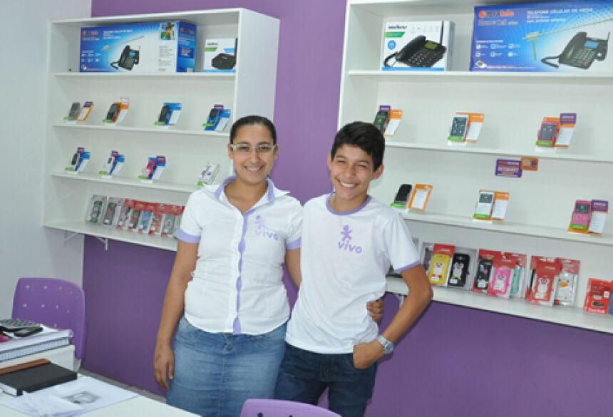 A empresária Letícia de Almeida com seu filho Bruno na Bonito Celular (Foto: Rogério Sanches - Bonito Informa)