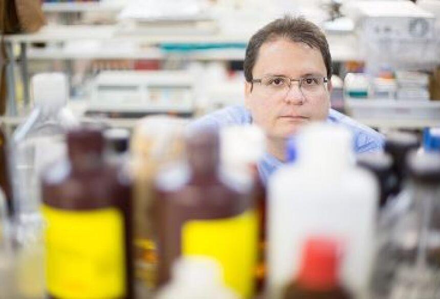 O farmacêutico Floriano Paes Silva Júnior, 35, da Fiocruz, que receberá financiamento para pesquisas sobre parasitoses (Daniel Marenco/Folhapress)