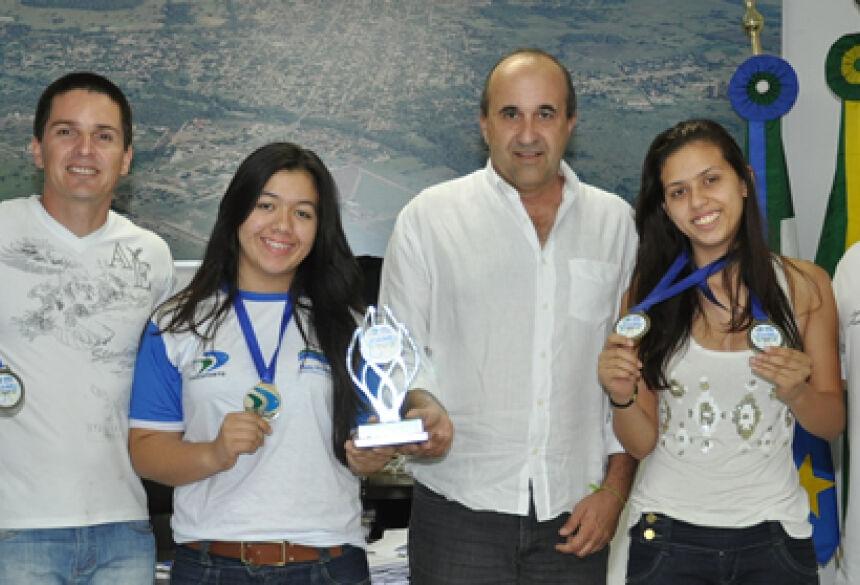 Prefeito Leleco com secretário Greyk Goulart no gabinete com os atletas (Foto: Rogério Sanches - Bonito Informa)