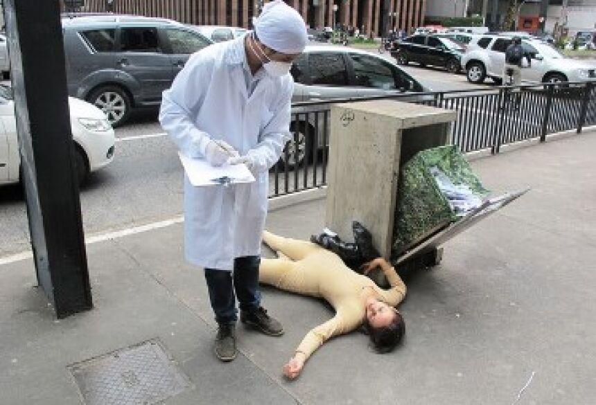 Atriz simulou animal morto após testes (Foto: Fábio Tito/G1)