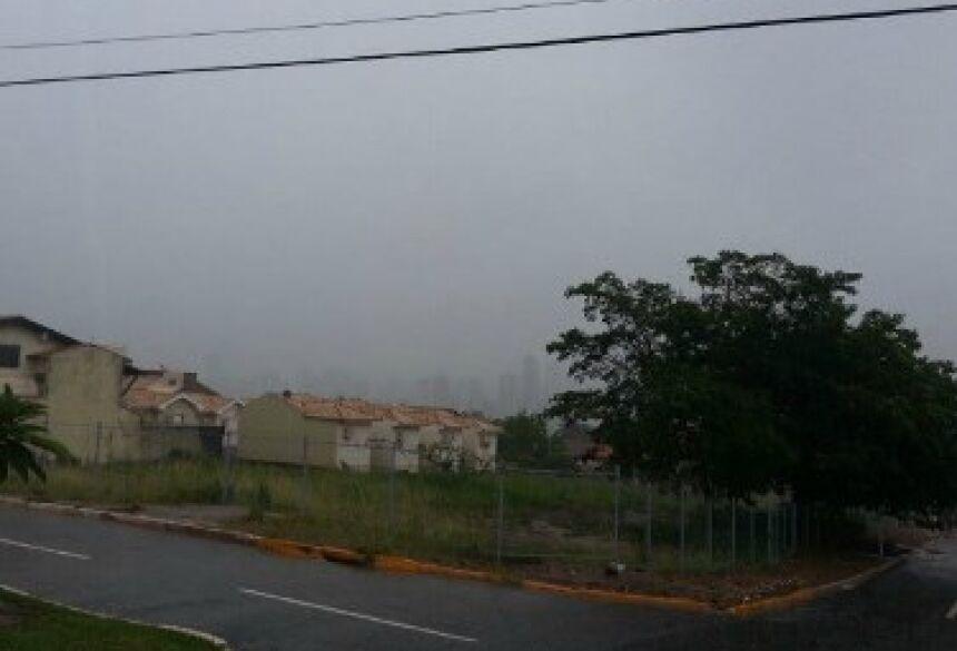 Céu encoberto em Campo Grande (Foto: Henrique Shuto/G1 MS)