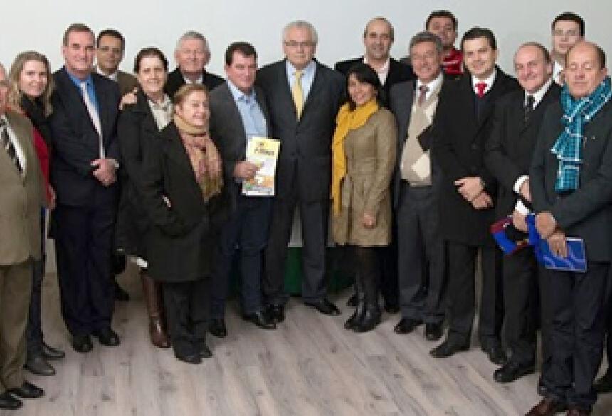 """Prefeito de Bonito, Leonel Lemos """"Leleco"""", com demais prefeitos na Inglaterra (Foto: Assessoria)"""