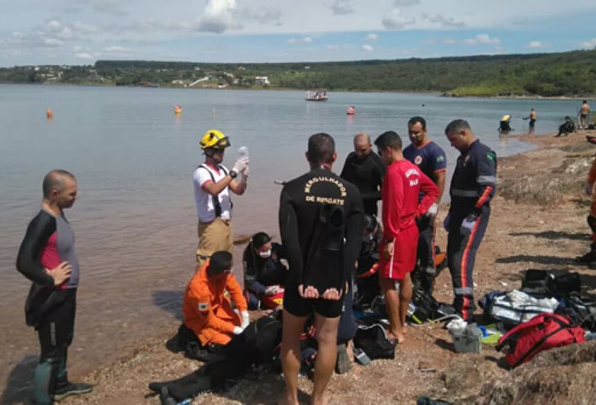 Bombeiros às margens do Lago Paranoá tentando reanimar auditor do TCU (Foto: Corpo de Bombeiros/Divulgação)