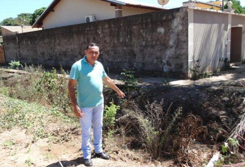 FOTO: JABUTY - Varguinha pede a canalização da vala existente há trinta anos na Vila América em BONITO