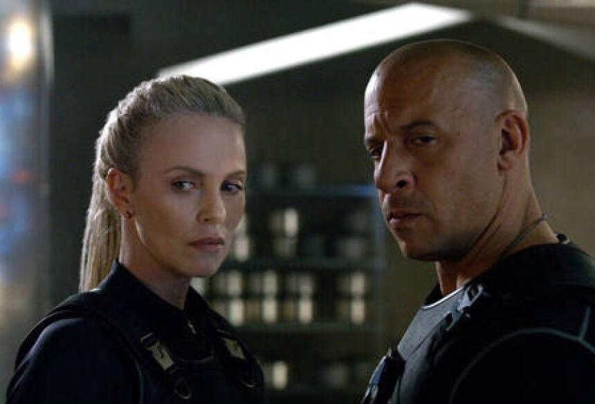 Vin Diesel e Charlize Theron: cena de beijo rendeu polêmica Divulgação