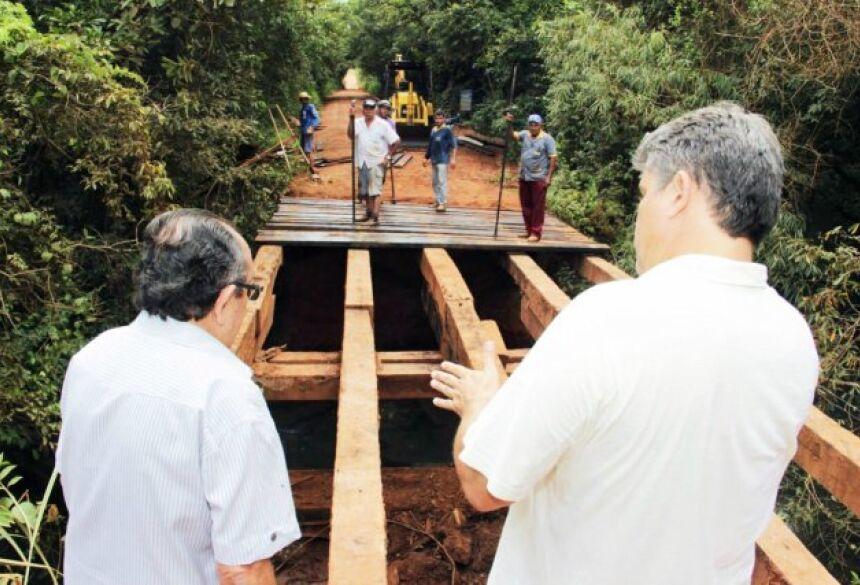 FOTOS: JABUTY - Obras de reforma da ponte sobre o Rio Formoso está em ritmo acelerado, prefeito faz vistoria