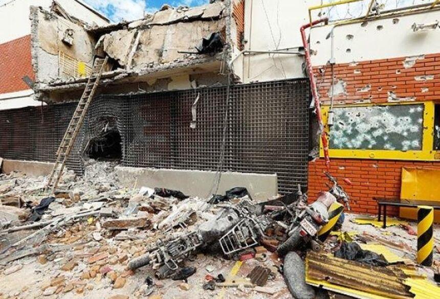Construções ao lado de pátio de transportadora de valores ficaram destruídas com impacto dos explosivos (Foto: ABC Color)