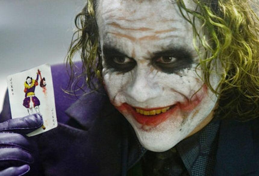 Heath Ledger no papel de Coringa em Batman Divulgação