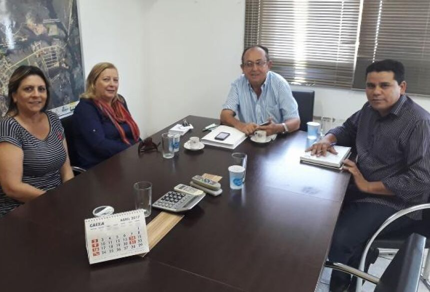 FOTO: FACEBOOK - Vereadores com prefeito em seu gabinete