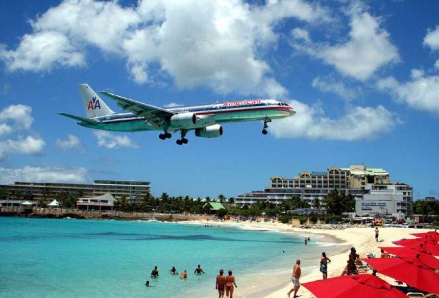 Maho: a praia é literalmente colada ao aeroporto local (Wikipédia/Reprodução)