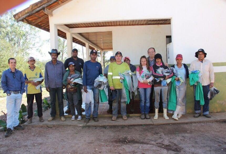 FOTOS: JABUTY - Prefeito entrega uniformes e equipamentos de proteção aos trabalhadores da reciclagem