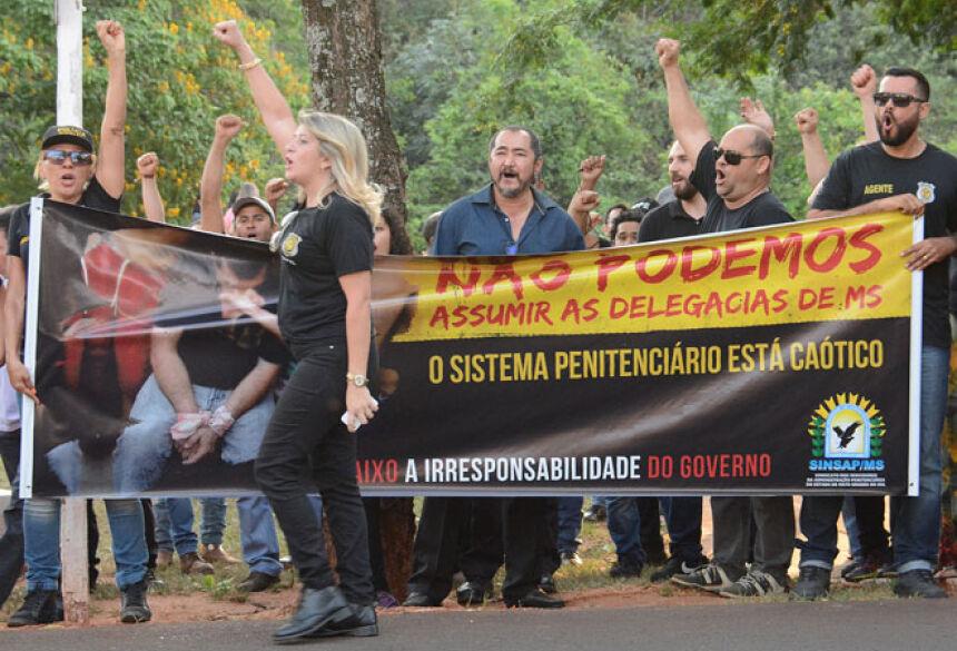 Ao menos 250 agentes participaram de protesto em frente ao prédio da Governadoria