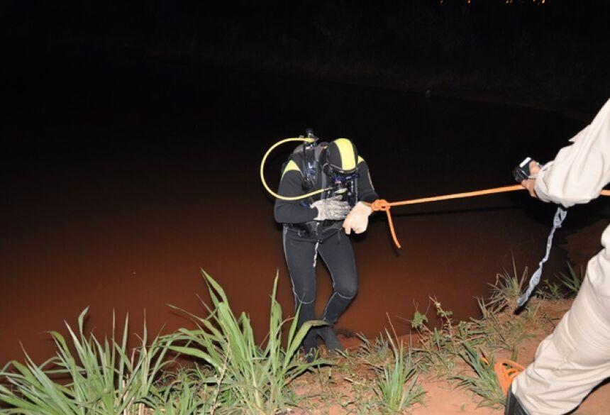 Bombeiros durante resgate na noite de ontem, em Chapadão do Sul. - O Correio News