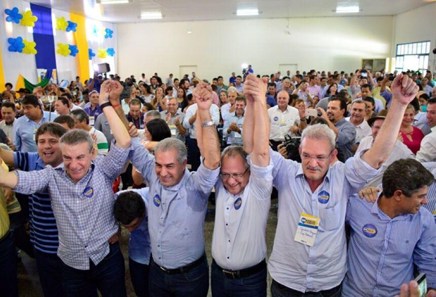 foto de Eliel Oliveira:  Geraldo e outras lideranças aclamam pré-candidatura de Reinaldo Azambuja à reeleição.