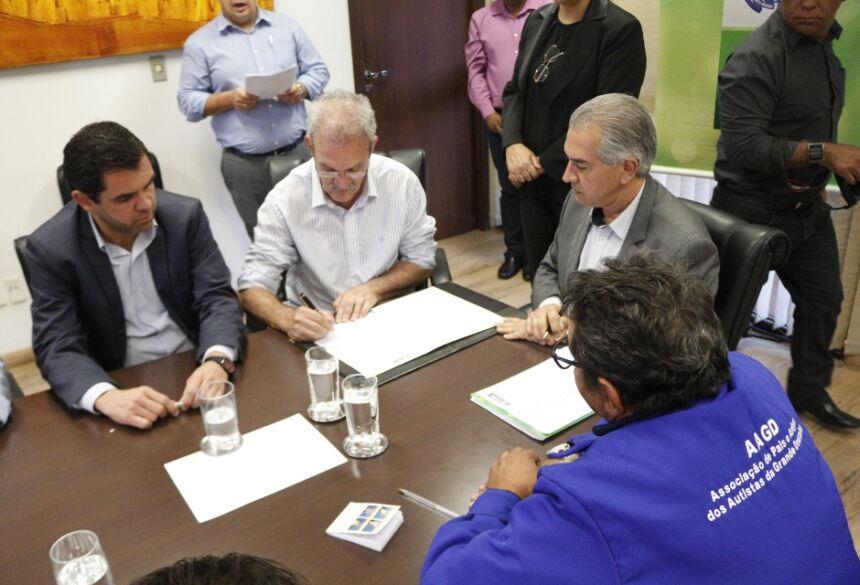 foto de Eliel Oliveira:  Deputado Geraldo Resende e governador Reinaldo Azambuja assinam convênio para construção do Centro de Atendimento aos Autistas