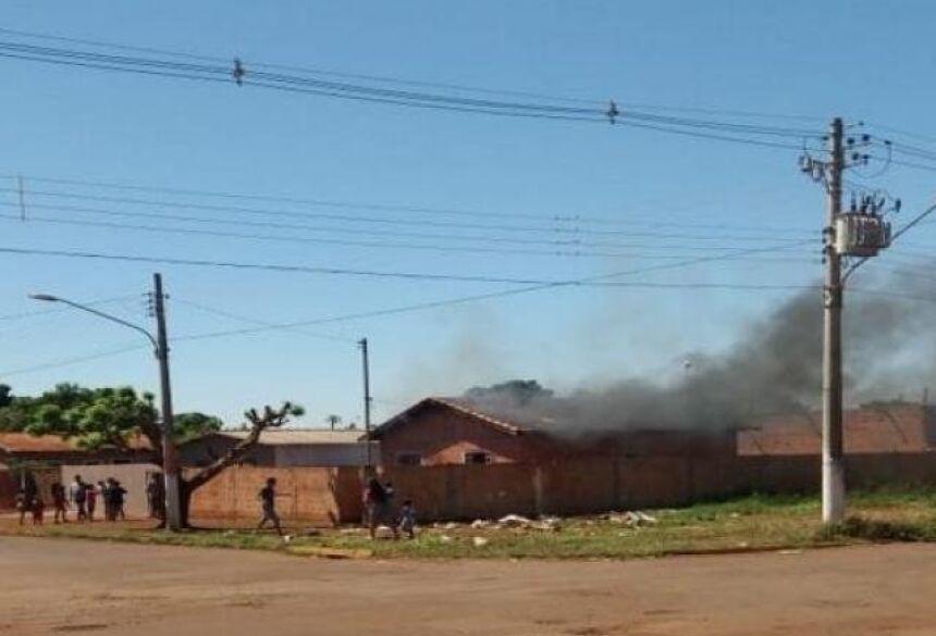 Residência em chamas e grande quantidade de fumaça saindo pela cobertura. (Foto: Robertinho/Maracaju Speed)