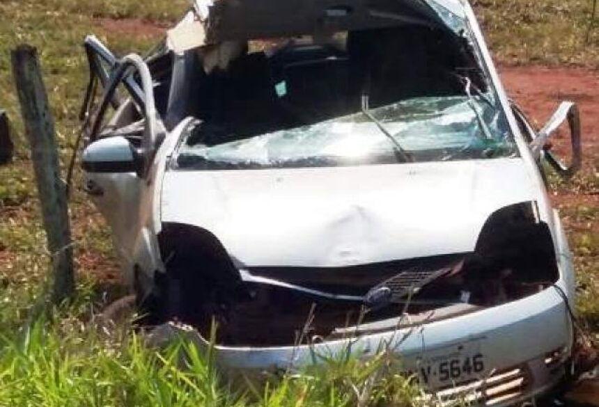 Carro que professora conduzia ficou destruído (Foto: Buriti News)