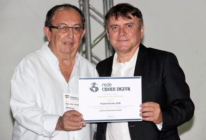 Certificado foi entregue ao prefeito pelo diretor da Rede Cidade Digital, jornalista e professor José Marinho. Foto: PMB
