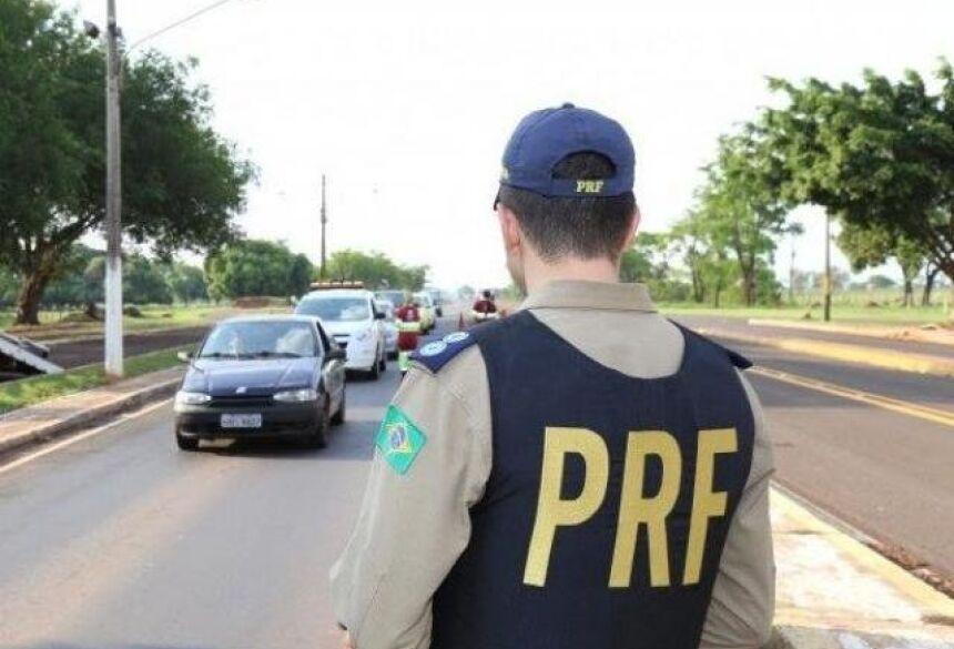 Policial durante patrulhamento em uma das rodovias federais do Estado (Foto: Arquivo/Campo Grande News)