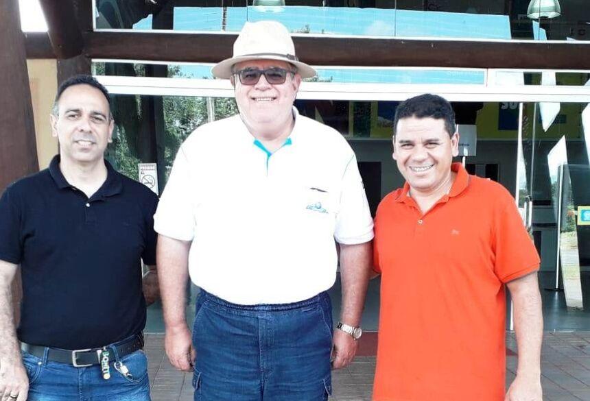 Marun foi recebido pelo vereador Pedrinho da Marambaia e pelo diretor de Turismo, Marcelo Gil da Silva, no aeroporto regional. Foto: Divulgação