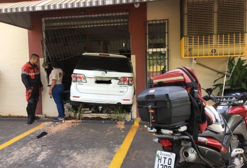 Caminhonete invadiu padaria nesta quarta-feira, em Campo Grande — Foto: Osvaldo Nóbrega/TV Morena