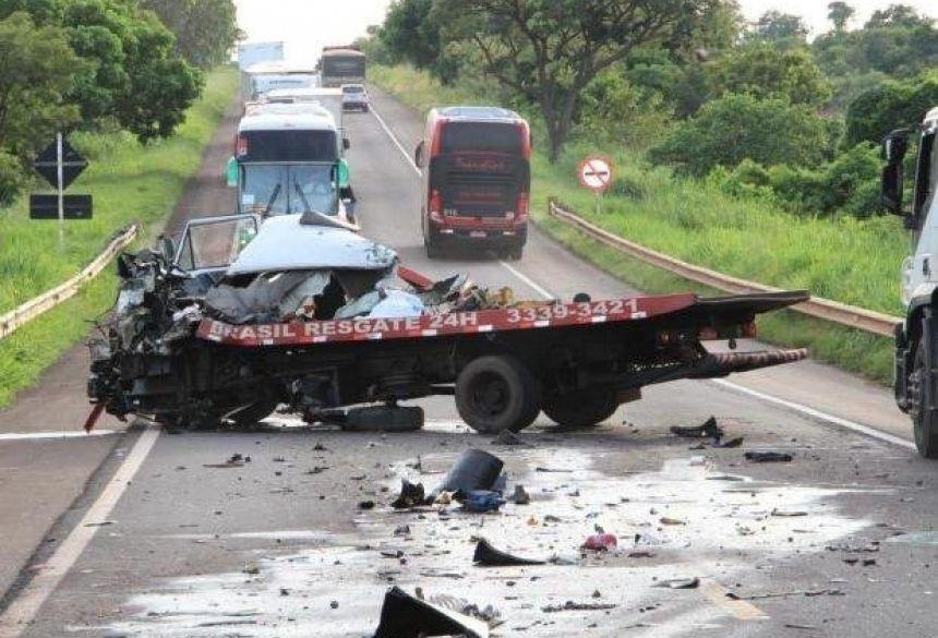 Acidente interditou a BR-267, no município de Nova Alvorada do Sul, nesta manhã (Foto: Rones Cezar/Alvorada Informa)