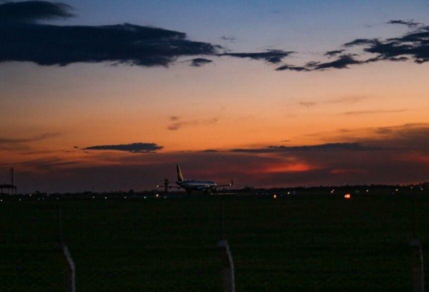 Registro do pôr do sol visto do aeroporto de Campo Grande, um dos pontos mais visitados na cidade. (Foto: Paulo Francis)