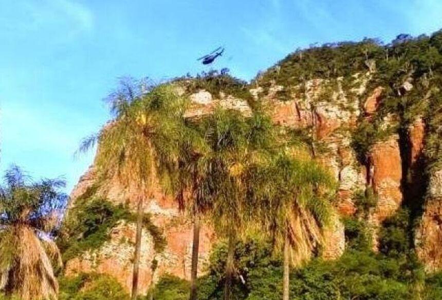 Helicóptero durante buscas na montanha (Foto: Porã News)