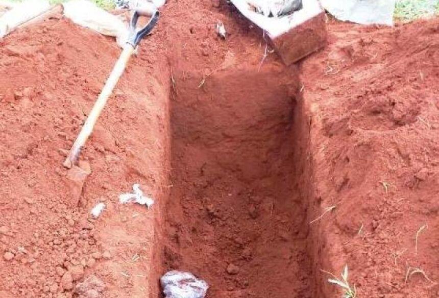 Caixão foi deixado no buraco, mas sem o corpo. (Foto: BuritiNews)
