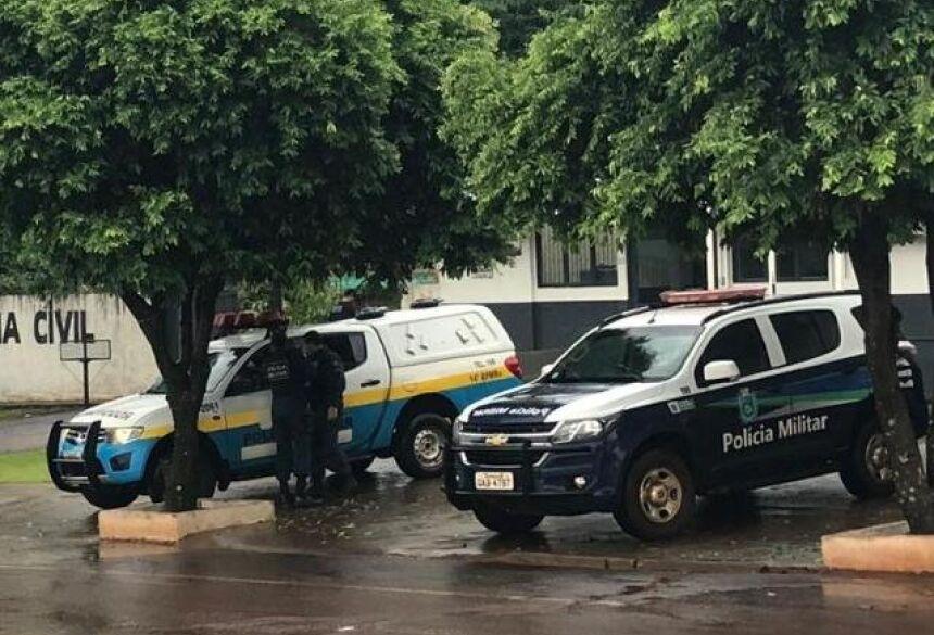 Movimentação de policiais militares em frente à delegacia da cidade (Foto: Tudo do MS)