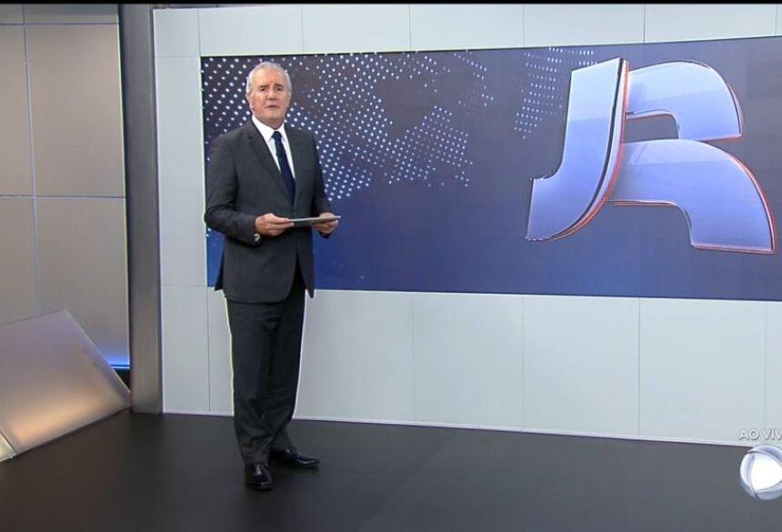 Celso Freitas apresenta o Jornal da Record. (Foto: Reprodução)