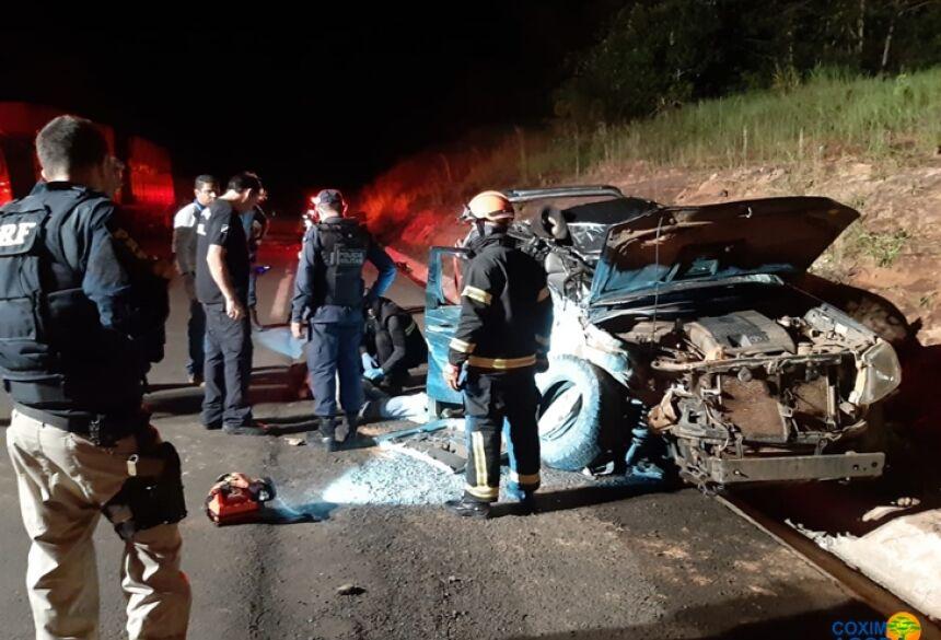 Hilux bateu com violência em carreta parada na BR-359. (Foto: Coxim Agora)