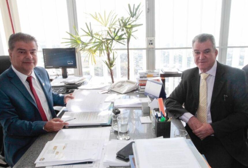 No gabinete, Senador Nelsinho Trad recebendo o Secretário Municipal de Turismo Augusto Mariano