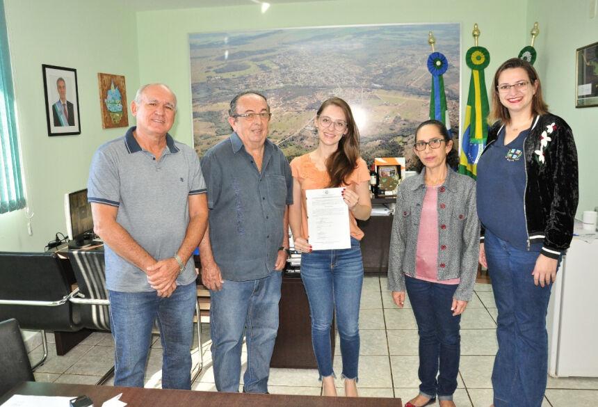 Nova servidora, Paula Cristiane da Silva, assumiu o cargo cargo efetivo de Farmacêutico Bioquímico. Foto: Jabuty