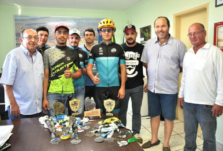 Equipe apresentou ao prefeito diversos prêmios recebidos em 2019. Foto: Jabuty
