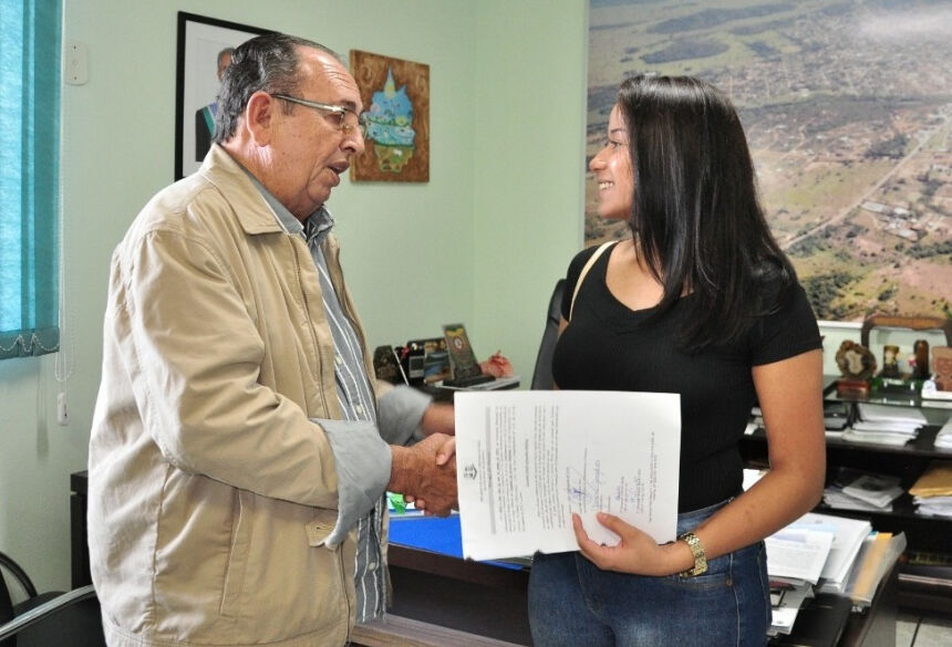 Nova servidora recebeu as boas vindas do prefeito Odilson Soares. Foto: Jabuty