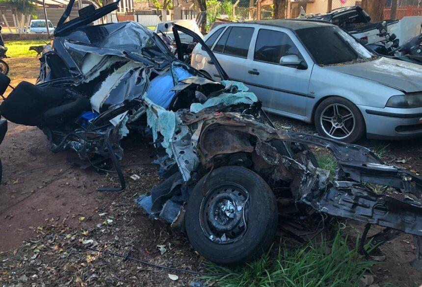 Veículo em que trafegavam universitárias que morreram a caminho de Maracaju ficou destruído. — Foto: Diogo Nolasco/TV Morena