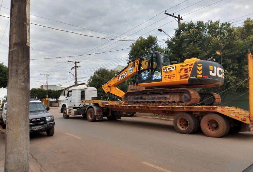 Máquina é deslocada executar trabalhos em propriedade na bacia do Rio Formoso. Foto: Divulgação