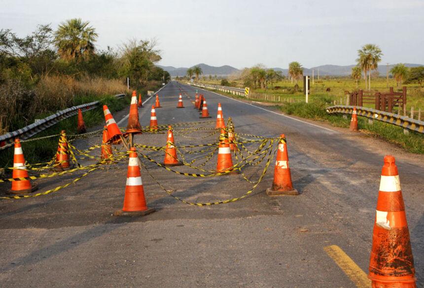 Trecho parcialmente interditado na rodovia, próximo a cidade de Porto Murtinho: risco de acidentes