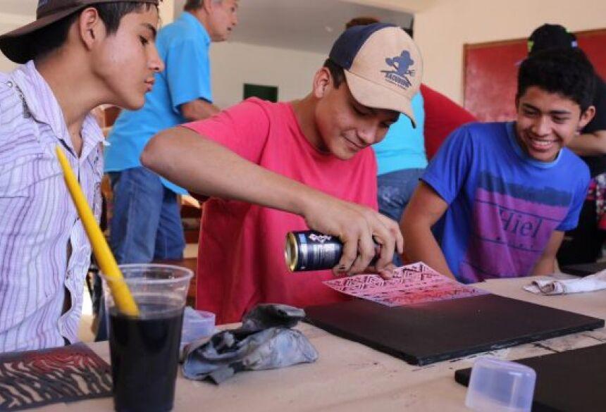 Alunos do Águas do Miranda pintam telas em Workshop de Estêncil Graffiti para o Festival em Bonito
