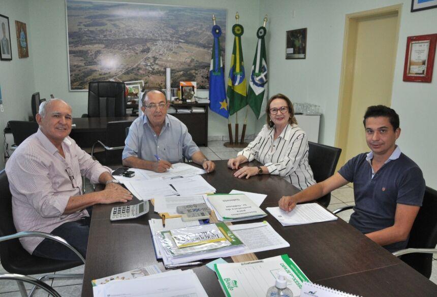 Autorização foi assinada no gabinete, com a presença de secretários. Foto: Jabuty