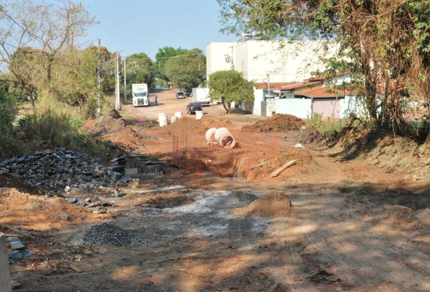 Obras de drenagem estão sendo realizadas entre a Rua 31 de Março e o Córrego Restinga. Foto: Jabuty