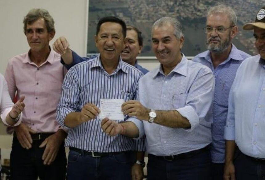 Prefeito de Anaurilândia, Edson Takazono, ao lado do governador Reinaldo Azambuja (PSDB), durante filiação (Foto: Fernando Antunes - PSDB)