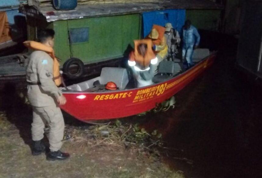 Pescadores foram resgatados sem ferimentos - Foto: Foto: Divulgação / Corpo de Bombeiros