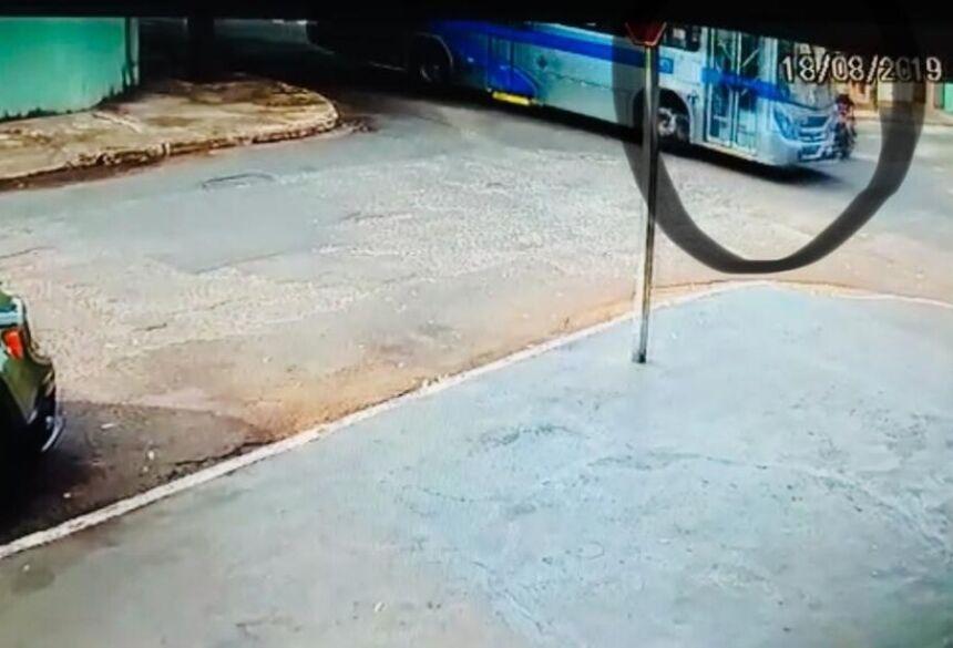 Momento da colisão entre o motociclista e o ônibus em cruzamento de MS — Foto: Polícia Civil/Divulgação