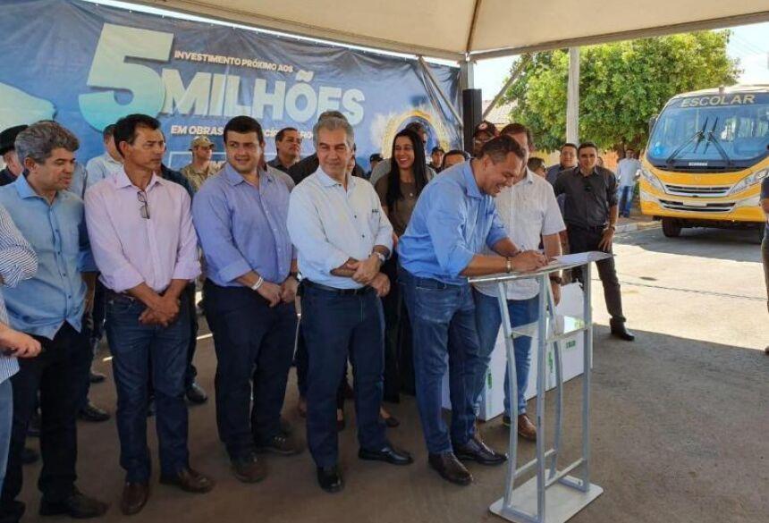 Diretor de Engenharia e Meio Ambiente, Helianey Paulo, assina autorização para obras de saneamento