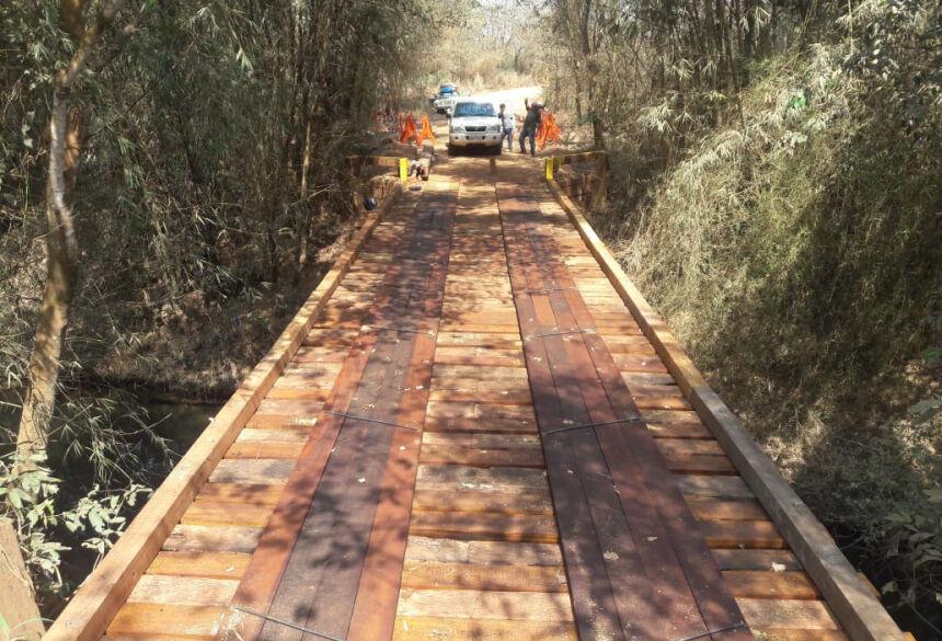 Ponte de madeira foi reformada com recursos e funcionários da própria prefeitura. Foto: Divulgação