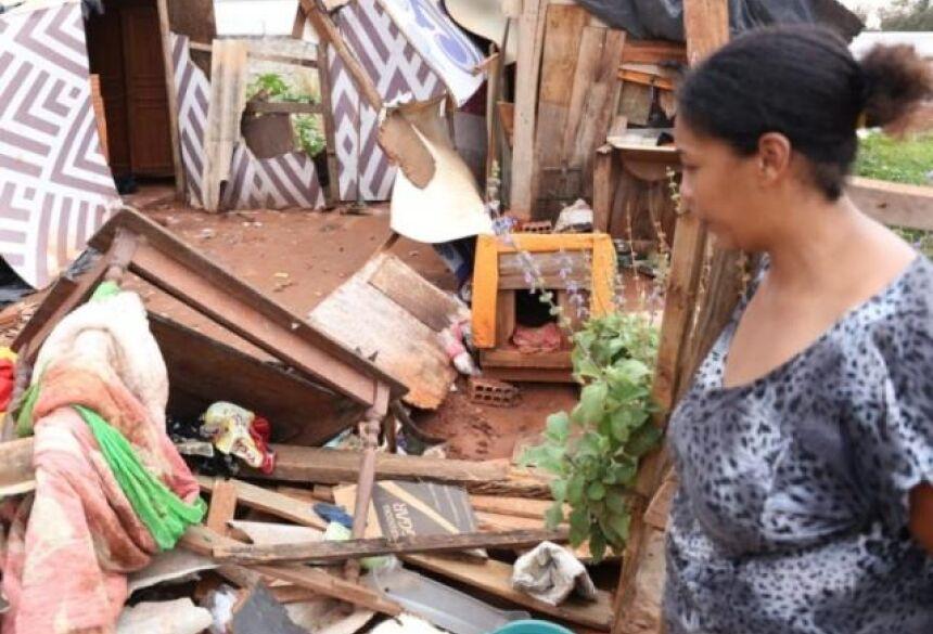 Francine observa a casa destruída na manhã deste domingo (1) (Foto: Paulo Francis)