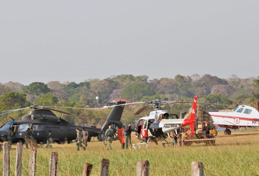 Helicópteros do Exército e da PM de SP e o avião do Corpo de Bombeiros do DF no aeroporto da fazenda Caiman