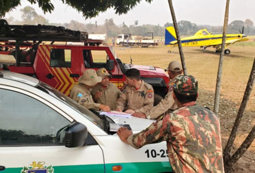 Operação conjunta: Bombeiros, Polícia Ambiental e PrevFogo no combate ao fogo na Caiman. Foto: Corpo de Bombeiros